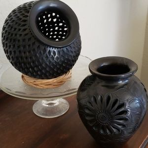A bundle  of 2 black vases